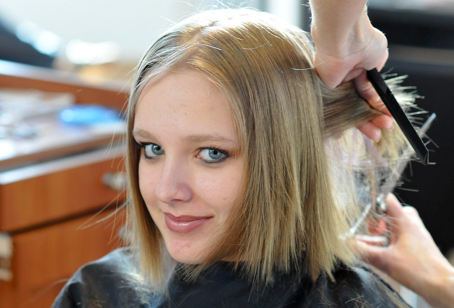 Elena en el salón cortándose el pelo